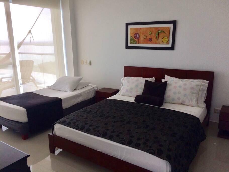 Alcoba con cama doble y cama sencilla