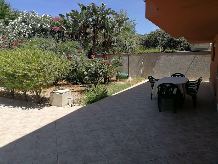 Questo è lo spazio esterno con un bel giardino dove si può fare tranquillamente colazione.