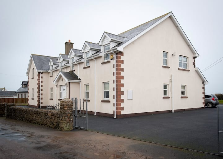 Large family friendly holiday home, Slade, Hook
