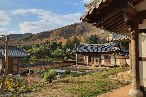 단정한 한옥 독채:   장작 구들방 2,  전통 다실, 연못.  편백나무, 소나무 숲 속
