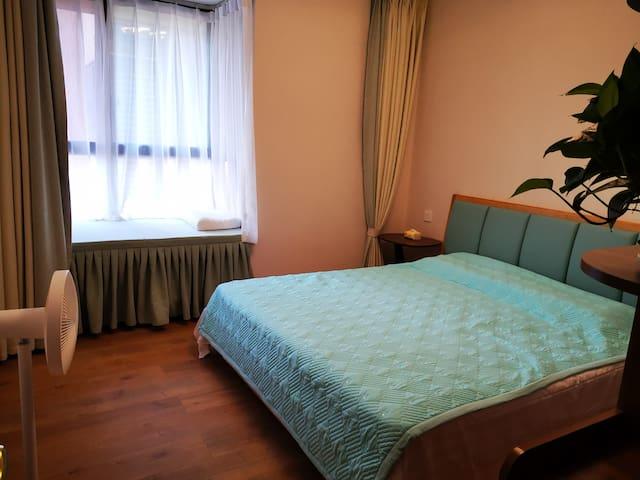 """次卧一1.8*2米的大床;还有可以睡一个大人(1.75米以下)的飘窗。没有安空调与电视,方便您""""想静静""""。"""