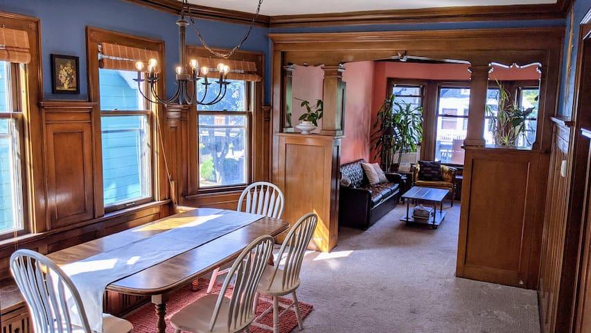 Spacious 2 Bedroom Flat in Heart of Milwaukee