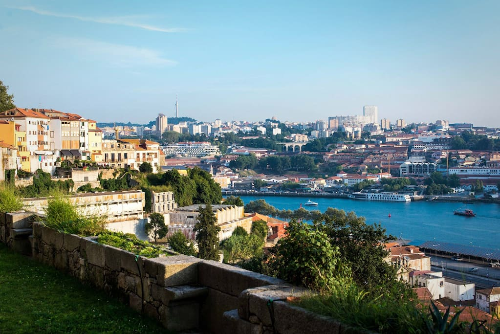 Enjoy the garden's unique view over Gaia and Porto margins