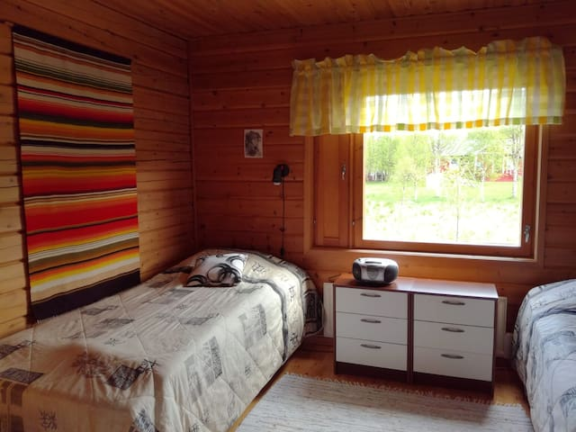 Makuuhuone 2., kaksi sänkyä, jotka voi laittaa vierekkäin parisängyksi. Yöpöydät, vaatekomero vasemmalla ja oikelalla naulakko.