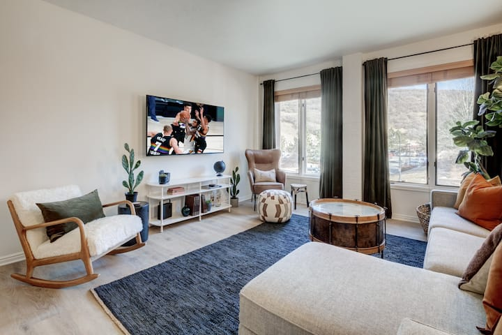 The Pioneer on Main | 1BR, Walk to Town Lift