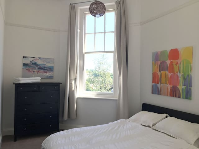Entire Home - Free Parking - Spacious 2 bed Flat