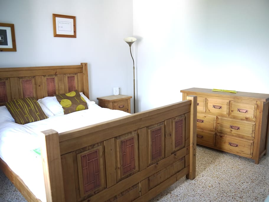 Bedroom with kingsize bed and optional single/baby cot