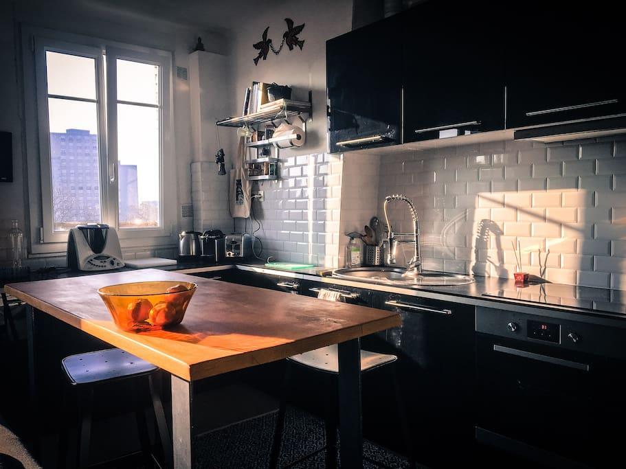 Cuisine équipée, plaques à inductions, four, machine à laver, lave vaisselle et frigo.  Fully equipped kitchen, induction worktops, oven, washing machine, dish washer and fridge.