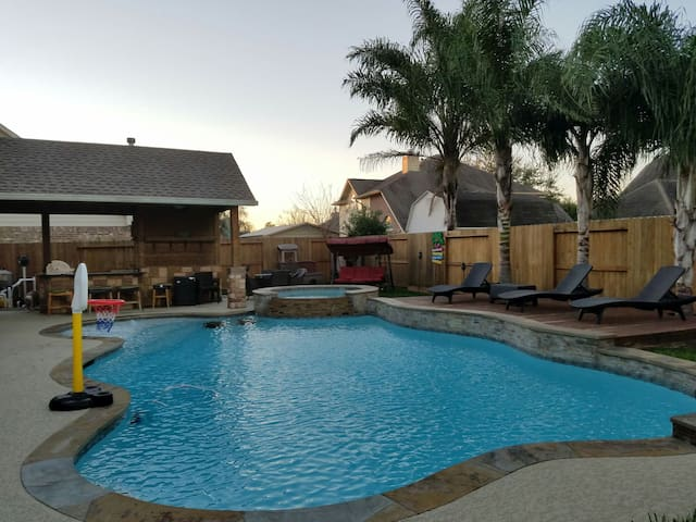 Spacious home w/ heated pool & tub