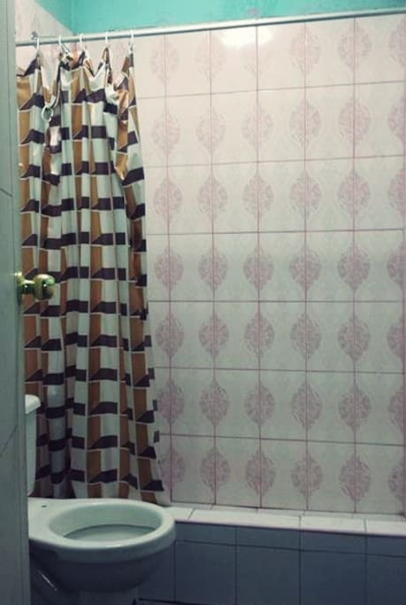 Uno de los baños de uso exclusivo para mujeres con los que cuenta la casa