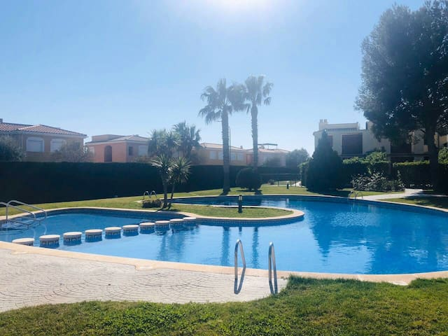 La Ola Dorada, piscine et jardin.