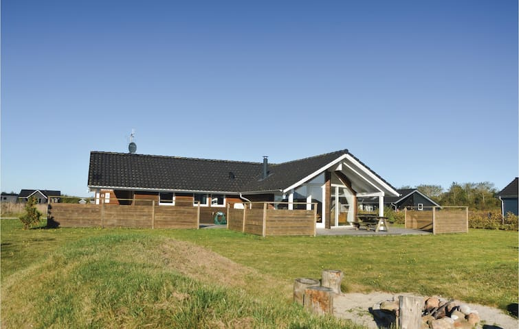 Holiday cottage with 4 bedrooms on 107 m²