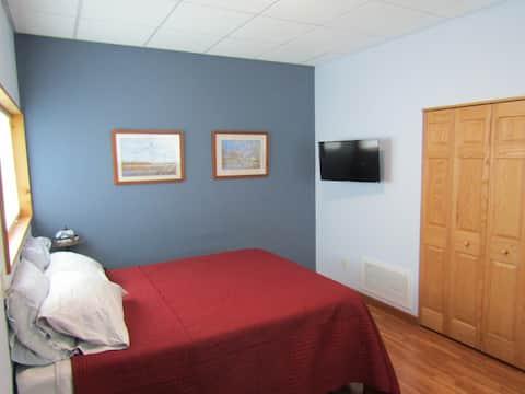 Quiet private suite with garage bay & kitchenette
