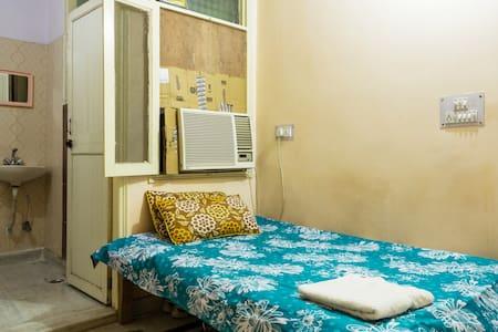 Pvt Room+Wifi+AC+Breakfast - New Delhi - Bed & Breakfast