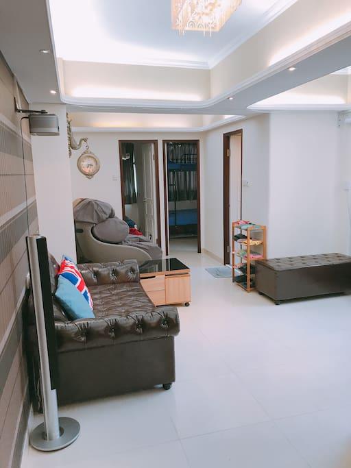 Spacious & Comfortable Living Room. 宽躺和舒适的大厅