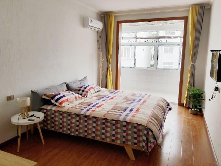 主卧1.8大床房,配备空调,网络电视,办公桌,网线接口。