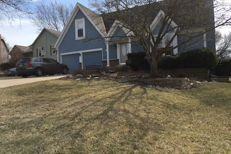 Friendly home on quiet cud-de-sac. - Lenexa