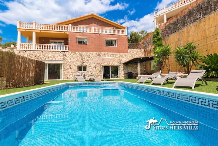 Large Villa with private pool, lots of space!