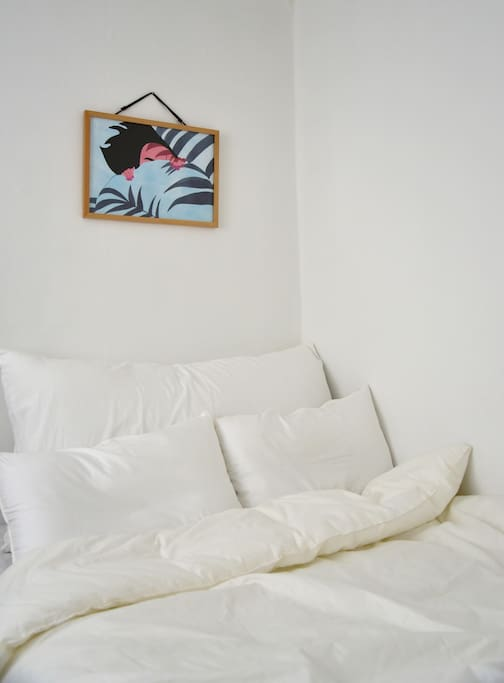 white and pure bed and fresh blue painting 깨끗하고 순수한 화이트 침구 그리고 하늘색 그림.
