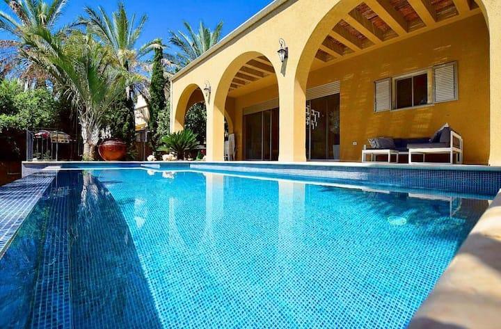 Gorgeous Villa situated in Golf Neighbourhood