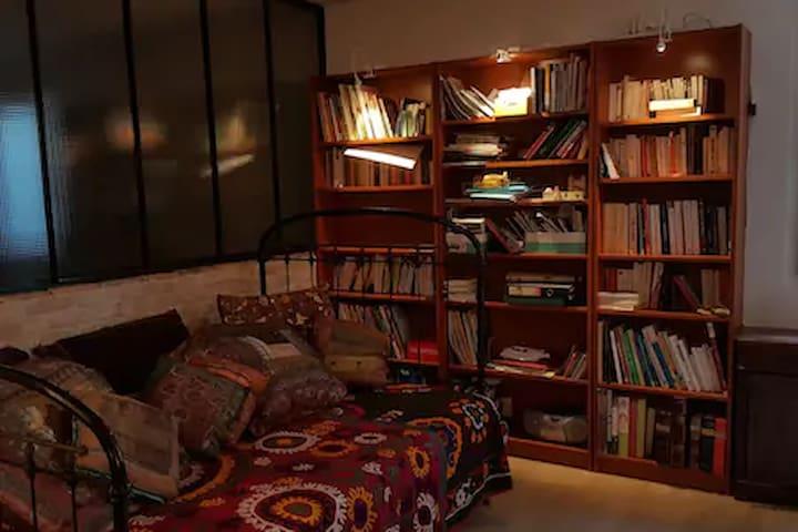Lit-canapé en rez-inférieur = couchage pour 2 personnes, chambre fermée par de lourds rideaux anti-bruit.