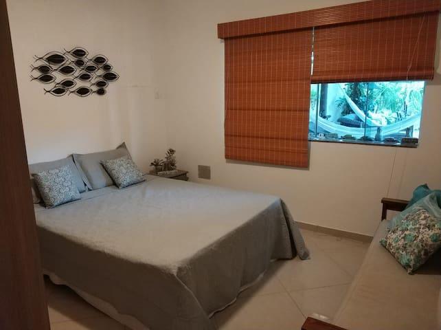 Quarto do 1º andar(suíte) ( cama Queen mais uma de solteiro)Obs: O ambiente conta com ventilador de teto mais um de chão.