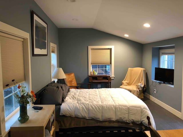 Master suite/studio private entrance