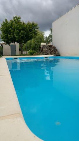 Maison climatisée avec piscine et parking
