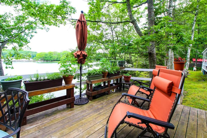 Charming cabin with gorgeous waterfront views, a deck & porch swing!