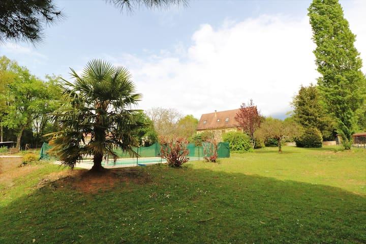La vue sur la piscine et la maison depuis l'extrémité du jardin / the view over the pool and the house from the east side of the garden