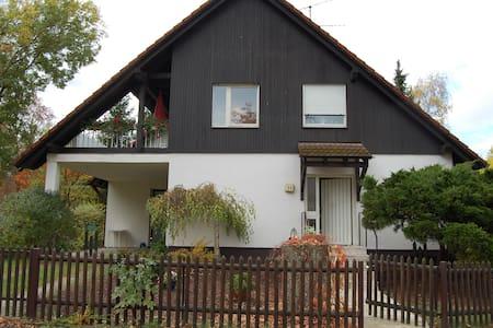 Mod. Zimmer m. Dusche u. Internet, zentrale Lage - Schwebheim - บ้าน