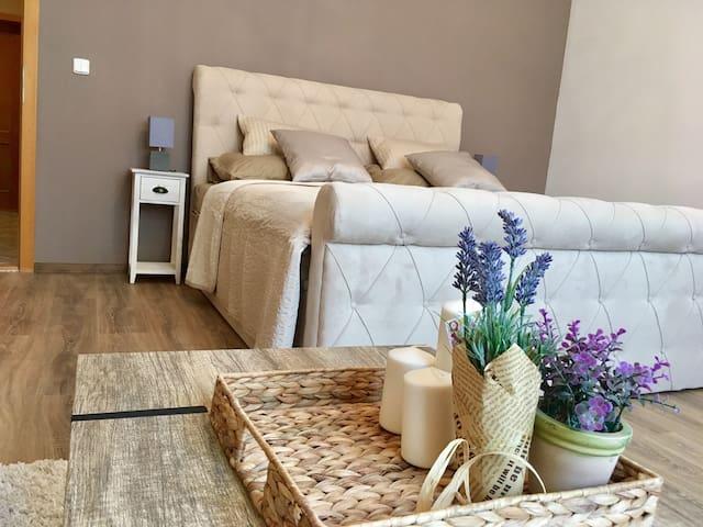 Pohodlný a útulný byt v centru města .