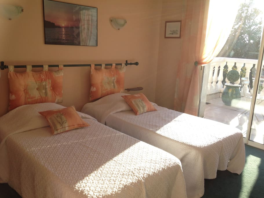 Chambre à 2 lits donnant sur terrasse