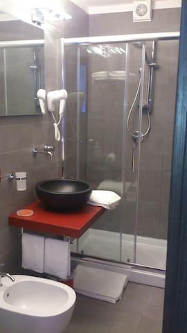 Bagno privato in camera con doccia biposto