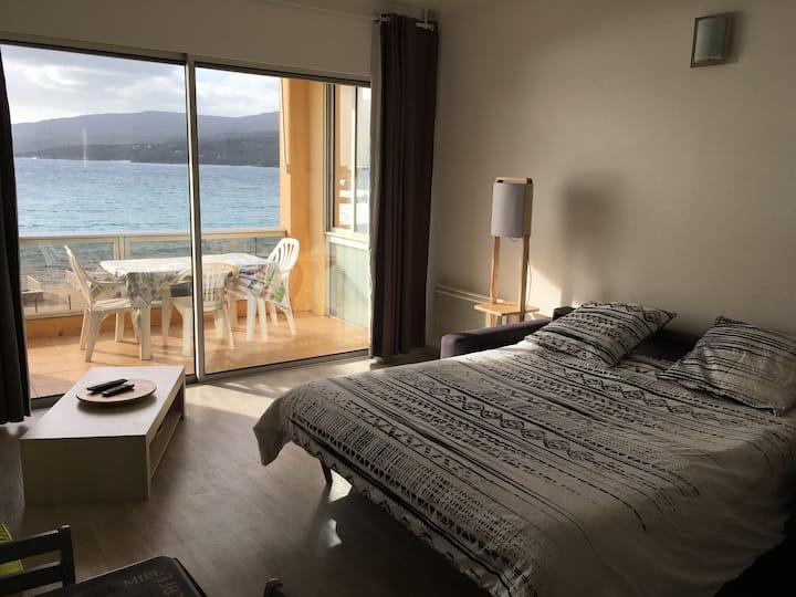 Grand studio avec vue plage.