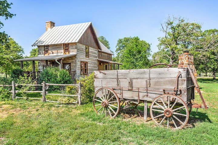 Weinland Haus | 2/2 Log Cabin | Close to Town with Hot Tub