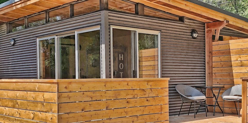 "Kootenay lake  ""Garden Guest House"""