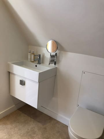Small but functional en suite bathroom