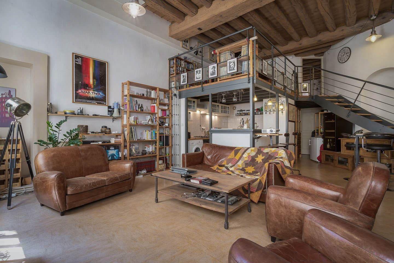 Main space. The room is upstairs, after the door on mezzanine. - Espace principal. La chambre est au bout de la mezzanine, derrière la porte.