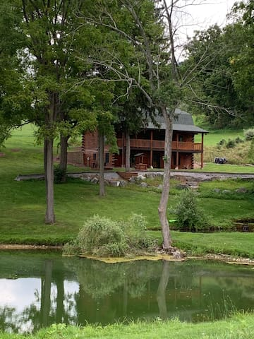 Secluded lodge w/ pond 7 miles from Beaver Stadium
