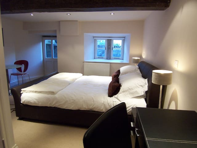 Contemporary Suite 6 within historic building - Derbyshire - Bed & Breakfast