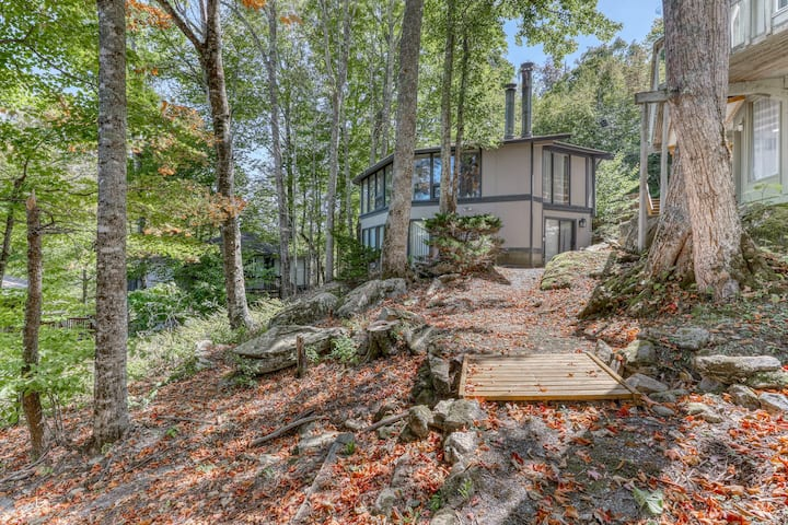 Cozy slopeside home with a fireplace, walking distance from the ski lodge