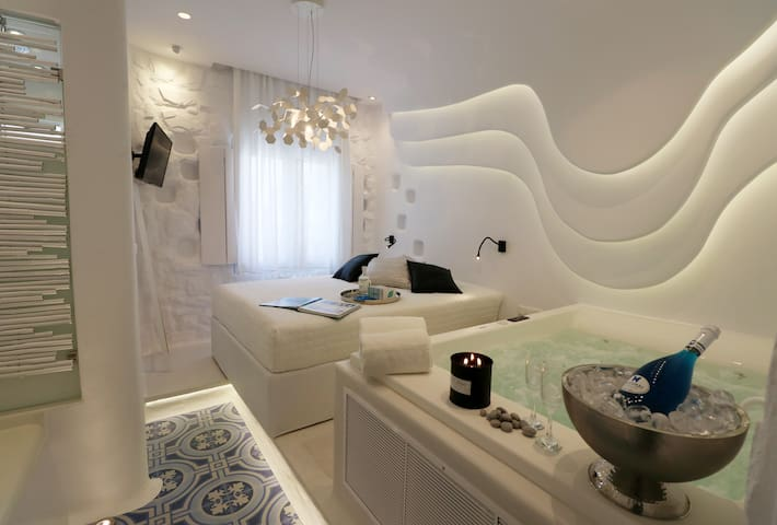 """Naxos seafront str- Deluxe suite """"Kyma"""""""