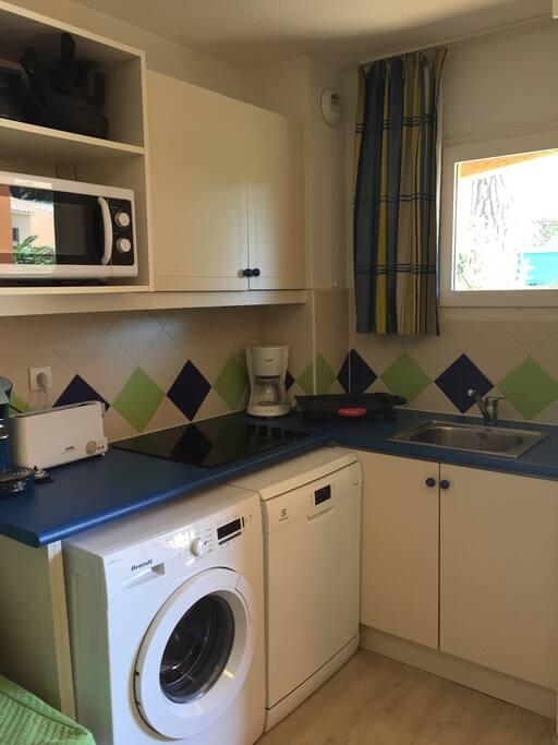 La cuisine équipée : lave vaisselle , lave linge , cafetière , plancha, plaque de cuisson , poêles, couverts...
