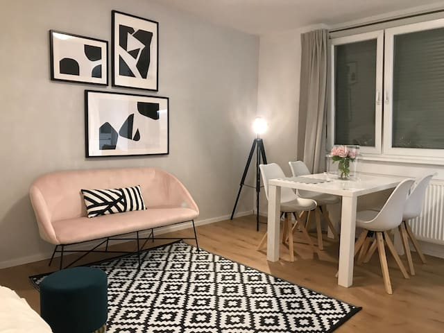 Cute studio close to Train S. +FREE GARAGE