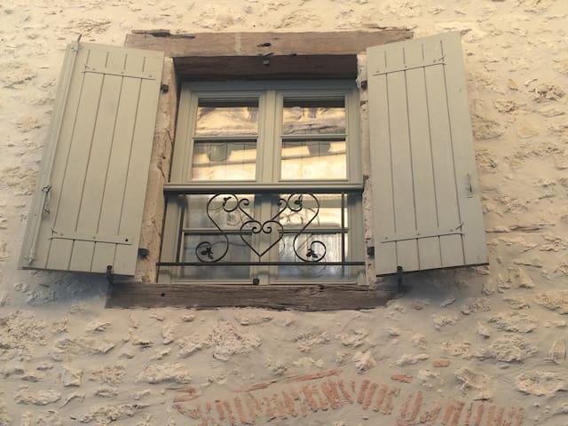 Fenêtre en façade de la chambre d'hôtes