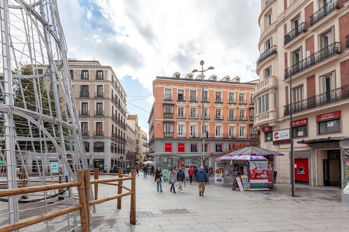 Plaza de Callao, en medio de Sol y la calle Gran Vía, podrán pasear descubrir disfrutar de sus palacetes sus tiendas, y a  diez minutos paseando llegan a la preciosa plaza de Cibeles y ayuntamiento de Madrid