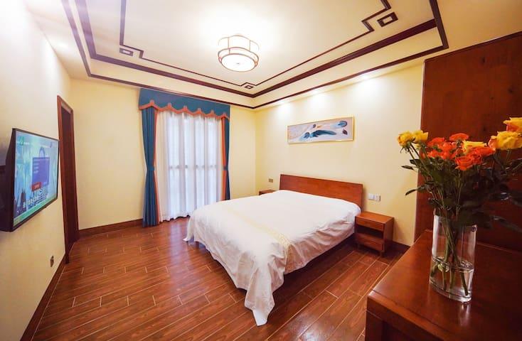 纯净白色被套,此房间有3种颜色供您选择,请联系房东您在这里挑选的喜欢颜色,不然,房东也会任性。卧室18平米,外带独立阳台,全原木家具。