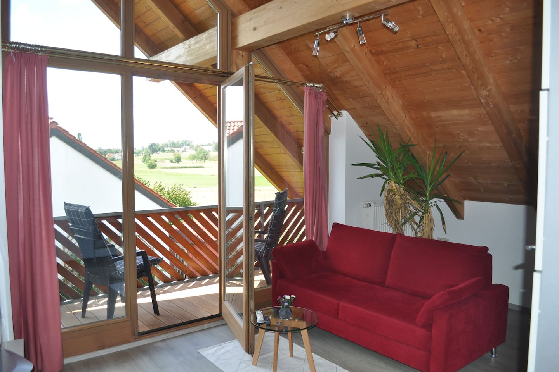 Wohnraum mit Blick zum Balkon/Dorf