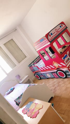 Chambre 2 avec des tiroirs de lits